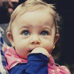 赤ちゃんが指しゃぶりをやめない時!影響や原因と対処法は?